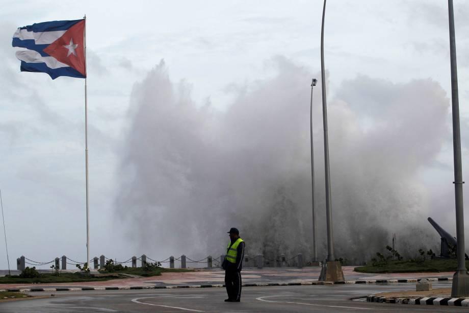 Chegada do furacão Irma deixa o mar agitado na avenida El Malecón em Havana, Cuba - 09/09/2017