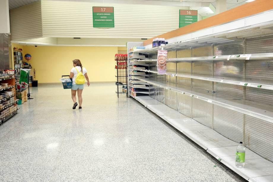 Prateleiras ficam vazias em um supermercado em Kissimmee, na Flórida antes da chegada do furacão Irma - 09/09/2017