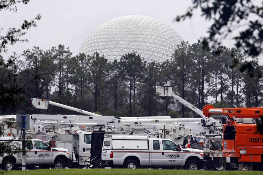 A cúpula 'Spaceship Earth' aparece ao fundo de uma frota de caminhões estacionados no parque temático Disney's Epcot antes da chegada do furacão Irma em Kissimmee, na Flórida (EUA) - 10/09/2017