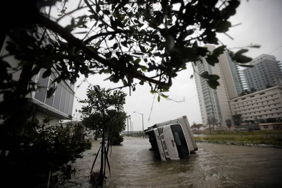 Caminhão fica tombado durante a passagem do furacão Irma no sul da Flórida, em Miami - 10/09/2017