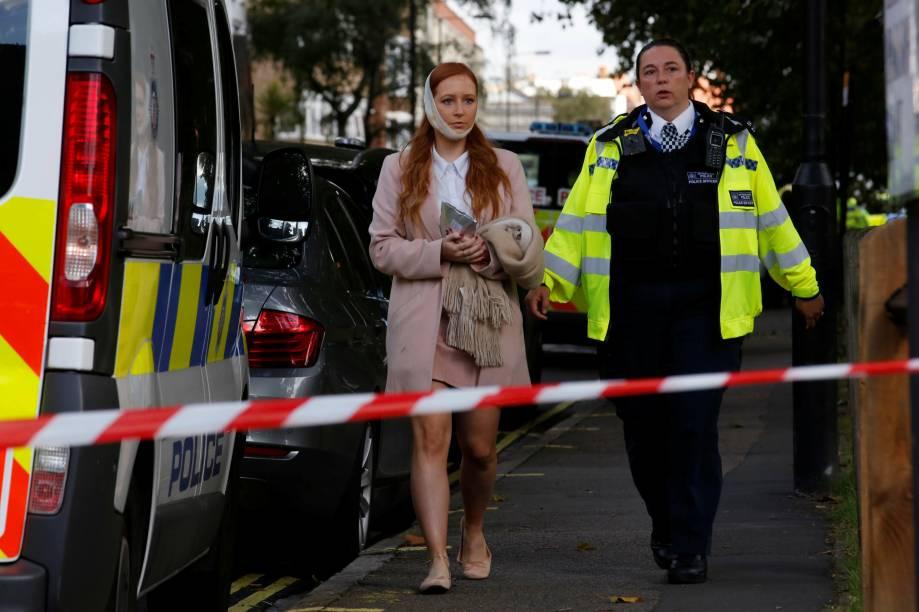 Mulher ferida é levada depois de um incidente na estação de metro Parsons Green em Londres - 15/09/2017