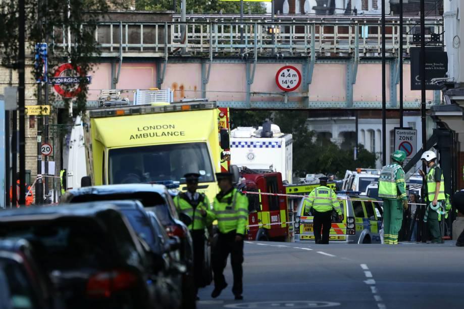 Policiais, paramédicos e equipe de resgate fecham os entornos da estação Parsons Green, em Londres, onde uma bomba explodiu no metrô nesta manhã - 15/09/2017