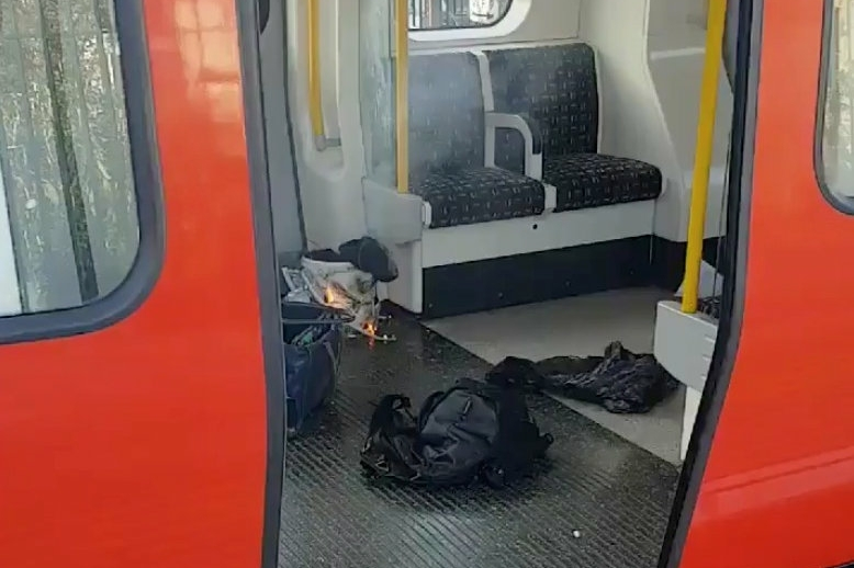 Objetos em chamas são vistos no chão de  um trem do metrô na estação Parsons Green, em Londres - 15/09/2017