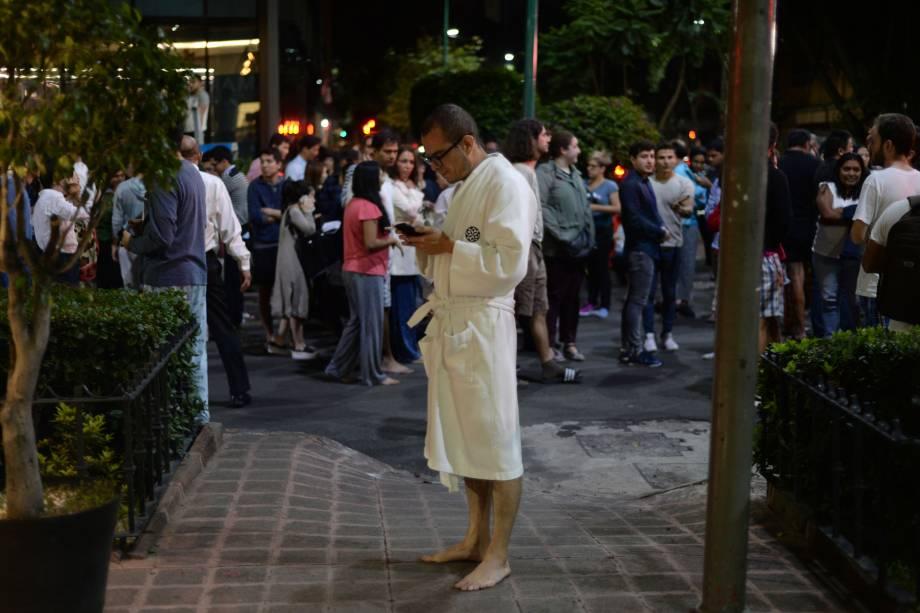Pessoas se reúnem em uma rua na Cidade do México após um terremoto de magnitude 8,4 atingir o sul do país  - 08/09/2017