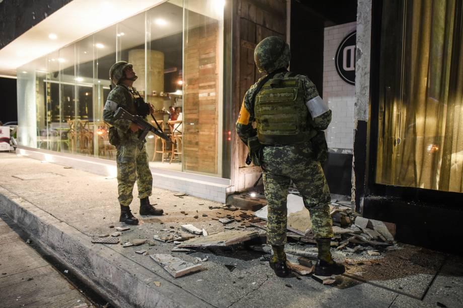 Membros do exército mexicano observam os danos causados por um terremoto em Porto de Veracuz, no México - 08/09/2017