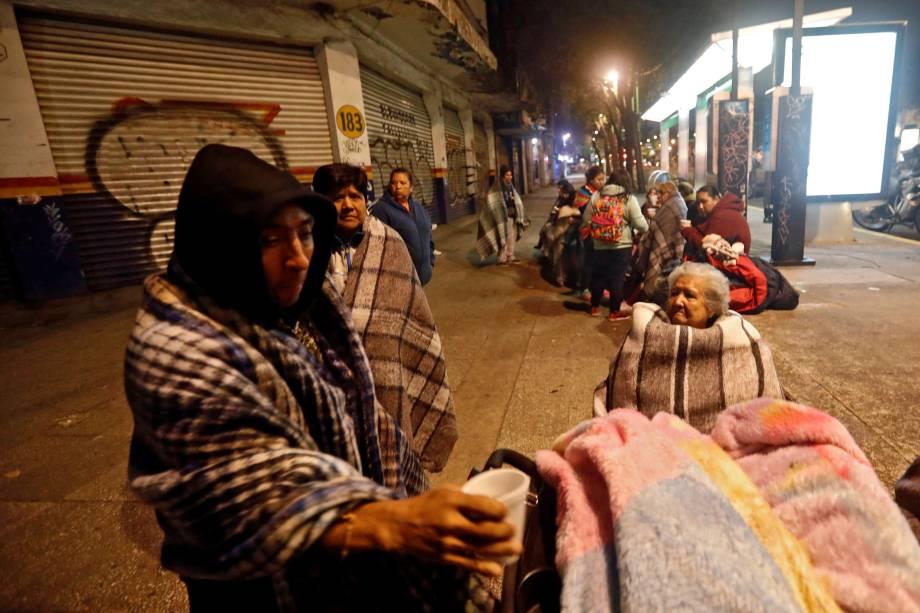 Pessoas se reúnem em uma rua após um terremoto atingir a Cidade do México - 08/09/2017
