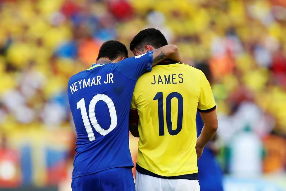 Neymar e James Rodriguez conversam durante partida contra a Colômbia, pelas eliminatórias da Copa da Rússia, em Barranquilla - 05/09/2017