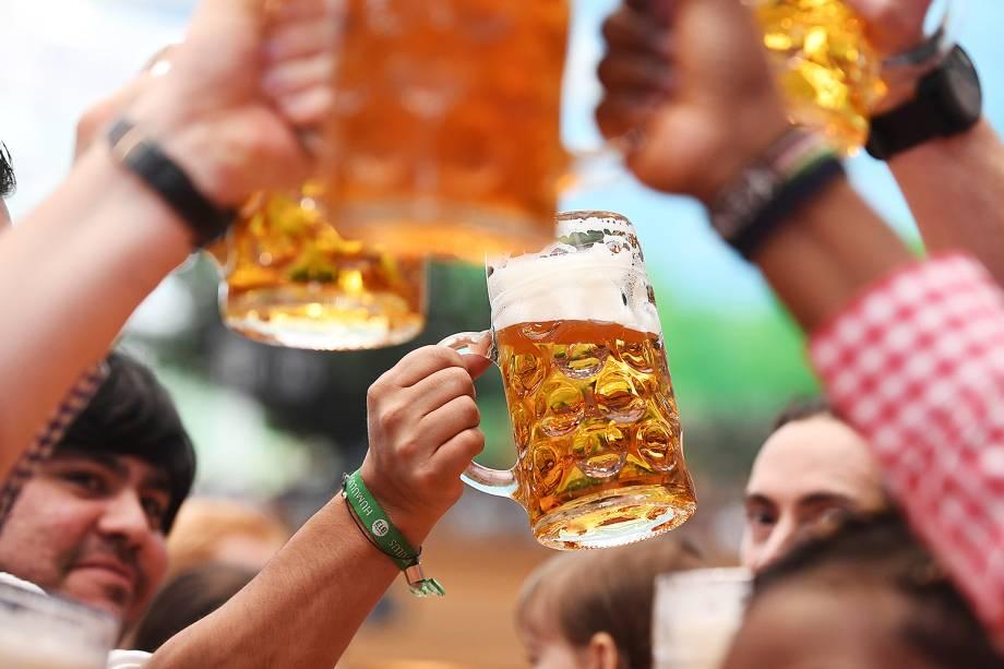 Visitantes participam do primeiro dia da Oktoberfest, maior festival de cervejas do mundo, em Munique na Alemanha - 16/09/2017