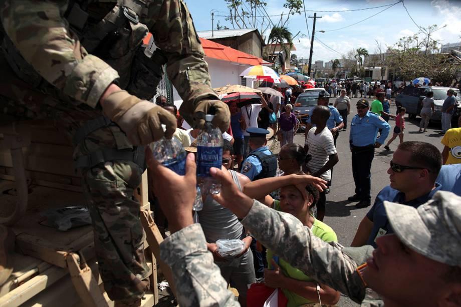 Soldados distribuem água para moradores atingidos pelo furacão Maria, em San Juan, Porto Rico