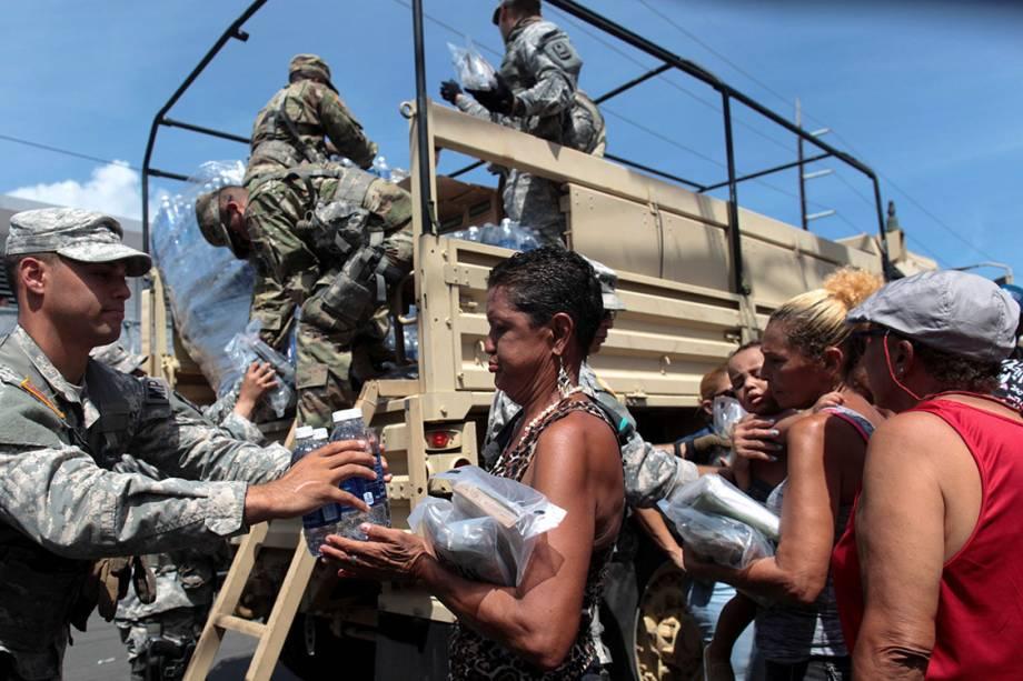Soldados distribuem água e outros mantimentos para moradores atingidos pelo furacão Maria, em San Juan, Porto Rico