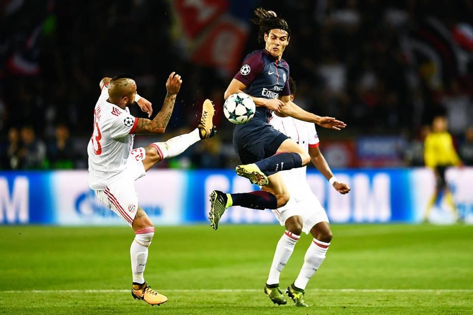 Edinson Cavani, do PSG, em lance contra Arturo Vidal, do Bayern de Munique, no estádio Parc des Princes, pela 2ª rodada da fase de grupos da Liga dos Campeões - 27/09/2017