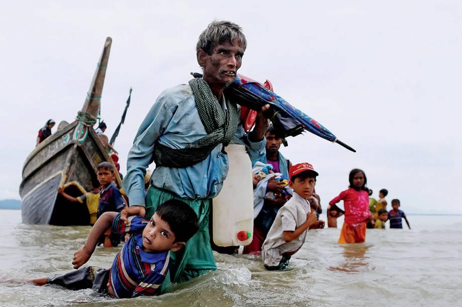 Êxodo - Integrantes da minoria muçulmana rohingya chegam a Bangladesh em barcos improvisados, no domingo 10. Mais de 370000 já fugiram