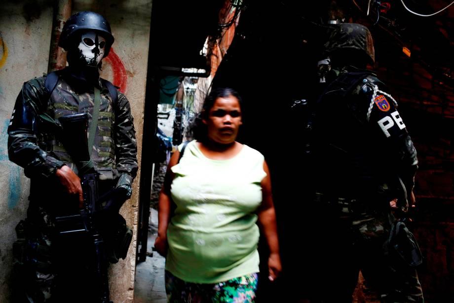 Membros da Polícia do Exército usam máscaras de caveira durante operação na Favela da Rocinha, no Rio de Janeiro - 25/09/2017
