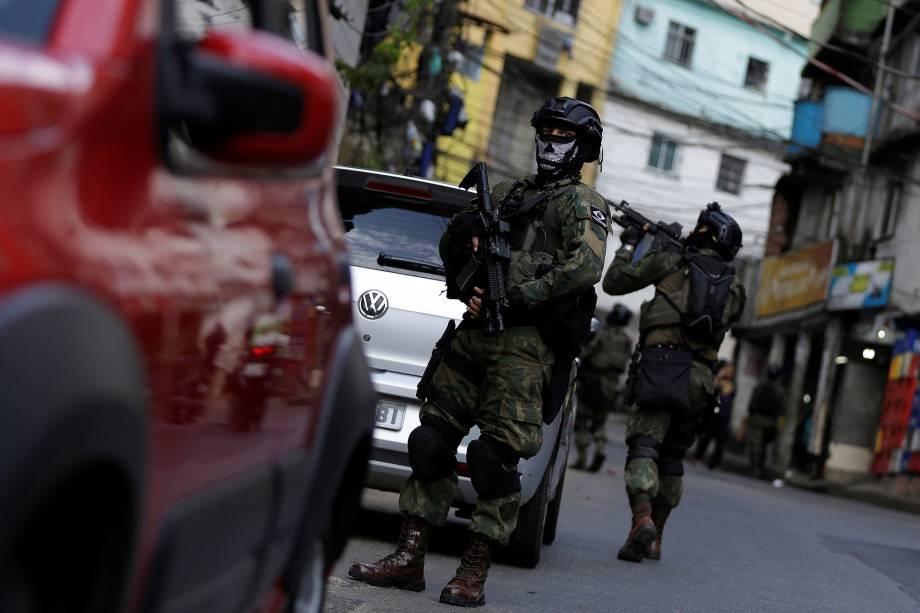 Militares das Forças Armadas usam máscaras de caveira durante operação na Favela da Rocinha, no Rio de Janeiro - 24/09/2017