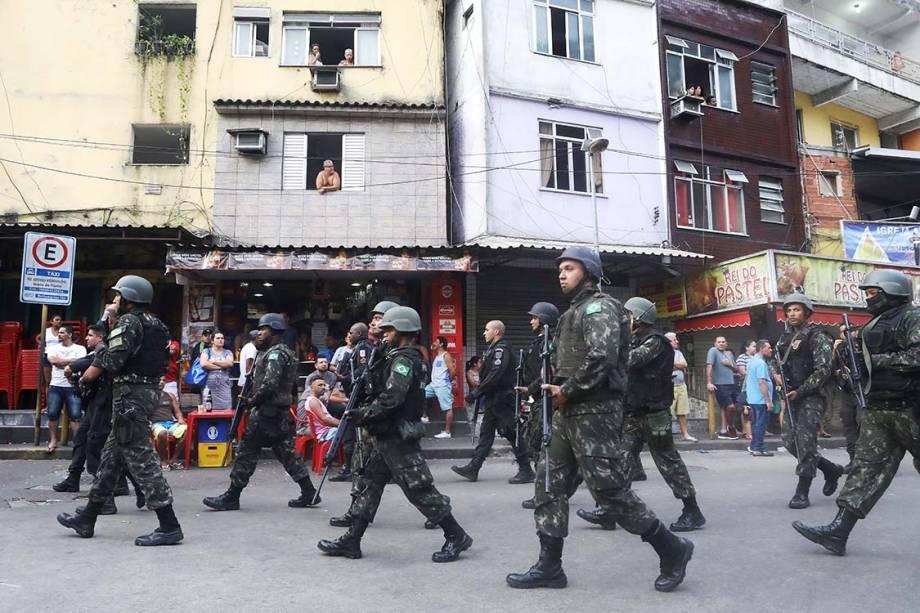 Forças armadas patrulham comunidade da Rocinha para conter guerra entre traficantes, no Rio - 23/09/2017