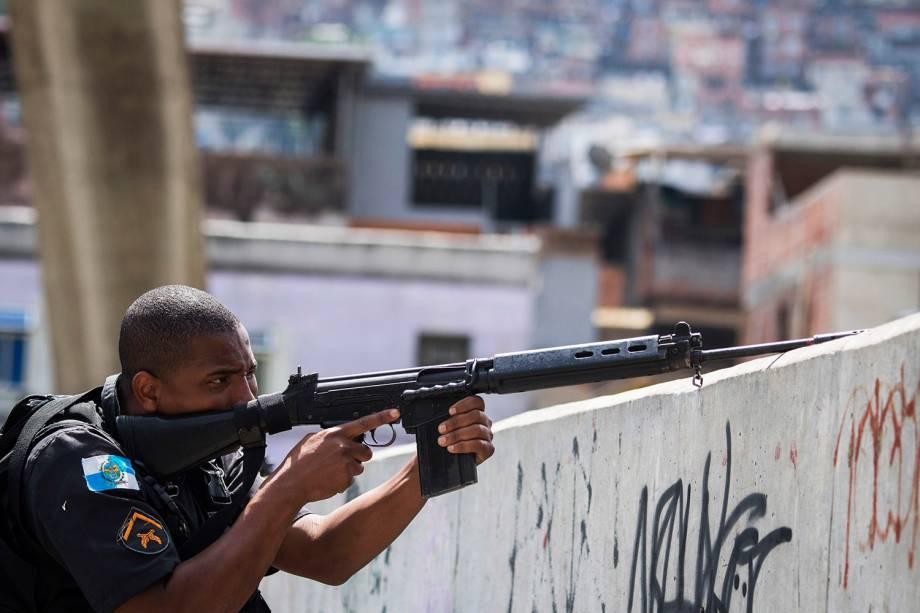 Policias trocam tiros com traficantes durante operação na Rocinha, no Rio - 22/09/2017