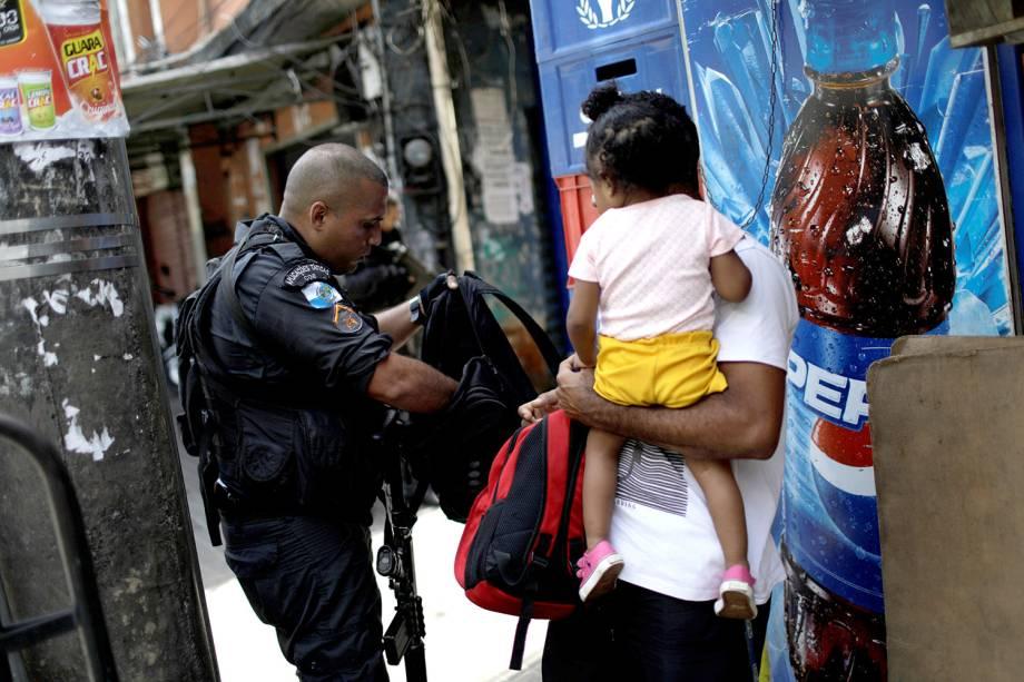 Policial revista morador durante operação na Rocinha, após confronto entre facções por domínio do tráfico, no Rio - 22/09/2017
