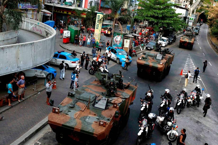 Carros blindados do exército entram na comunidade da Rocinha para conter guerra entre traficantes, no Rio