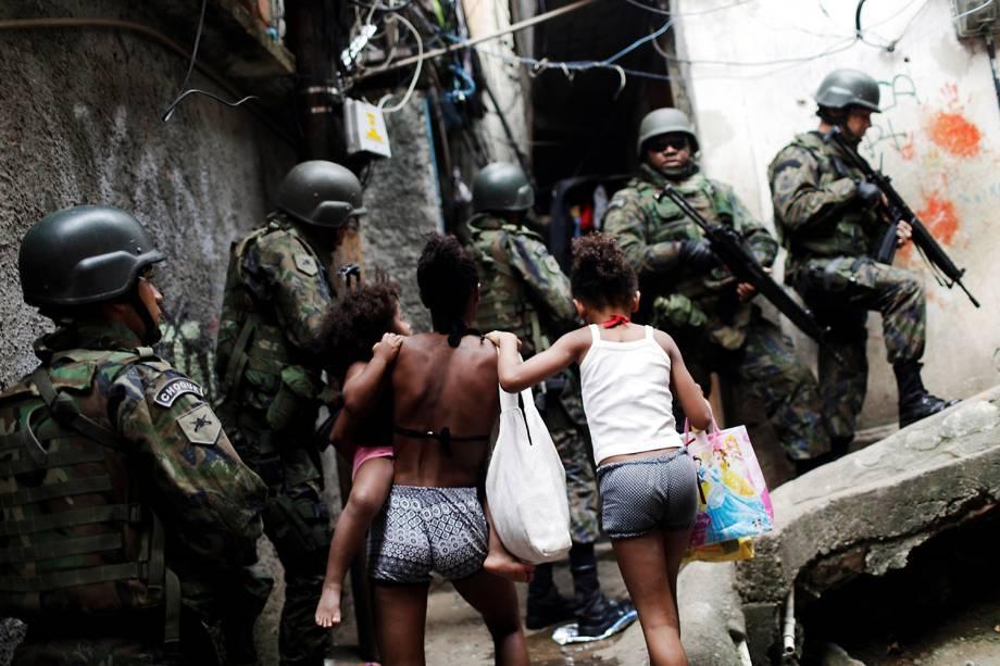 Soldados do exército patrulham comunidade da Rocinha para conter guerra entre traficantes, no Rio - 22/09/2017
