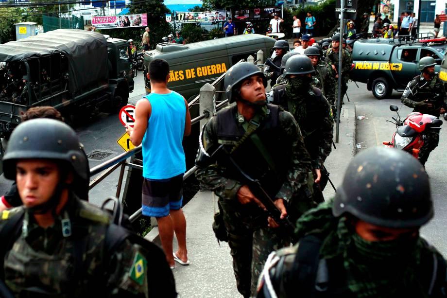 Exército patrulha comunidade da Rocinha para conter guerra entre traficantes, no Rio - 22/09/2017
