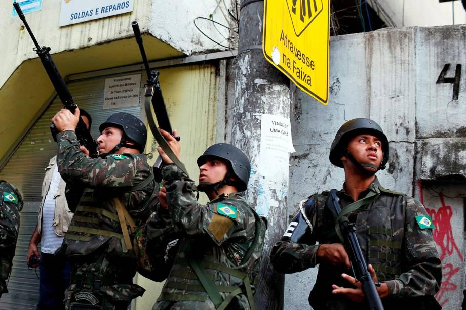 Exército ocupa comunidade da Rocinha para conter guerra entre traficantes, no Rio - 22/09/2017