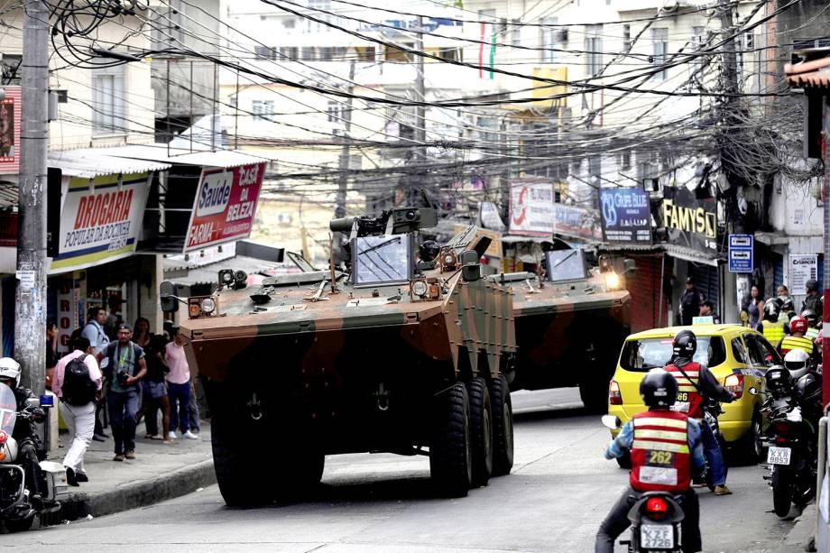 Carros blindados do exército entram na comunidade da Rocinha para conter guerra entre traficantes, no Rio - 22/09/2017