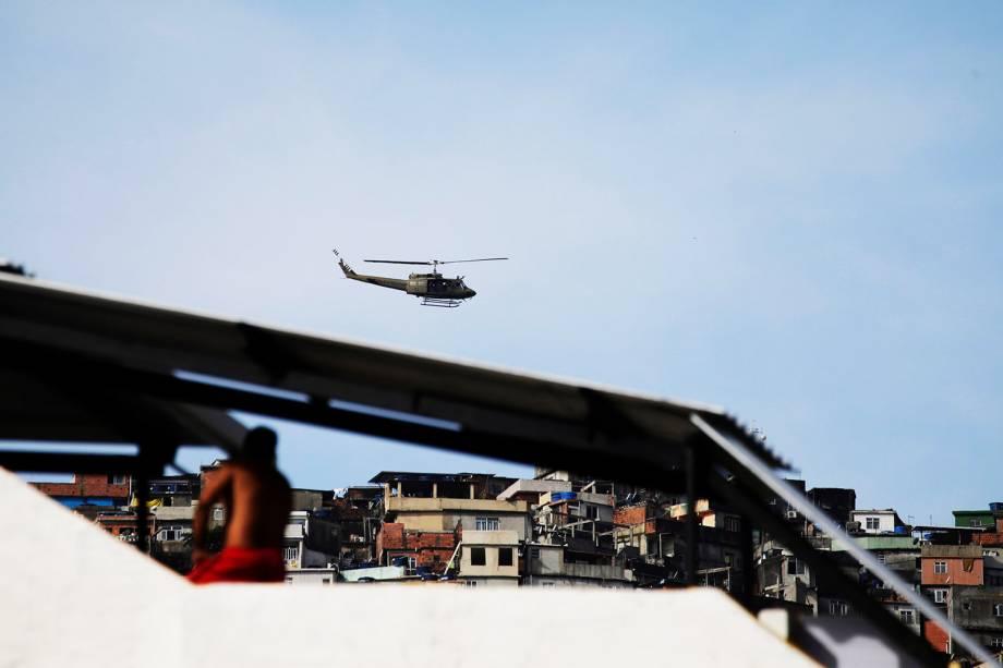 Helicóptero militar sobrevoa comunidade da Rocinha, durante operação - 22/09/2017