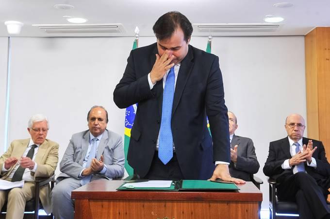 O deputado Rodrigo Maia chora durante homologação do decreto de recuperação fiscal do estado do Rio de Janeiro