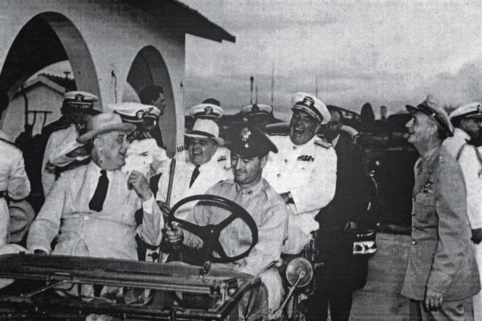 Dividendos de guerra – O americano Franklin Roosevelt, à frente no jipe, com Getúlio Vargas: benefícios econômicos