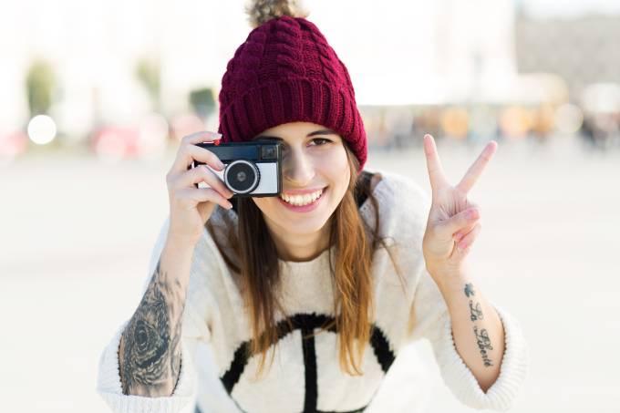Adolescente tatuada com uma câmera