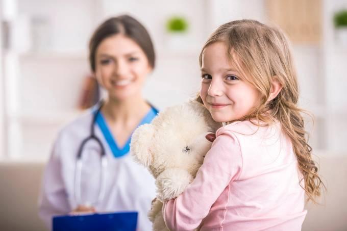Menina no médico