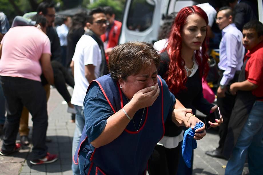 Mulher lamenta após terremoto de escala 7.1 atingir a Cidade do México