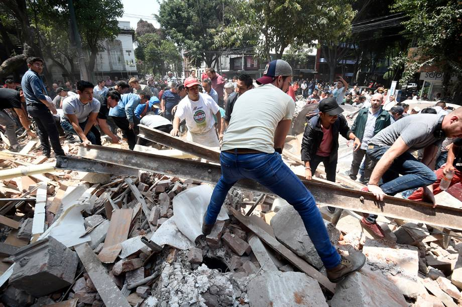 Pessoas procuram por sobreviventes embaixo de escombros deixados por terremoto de magnitude 7.1, na Cidade do México