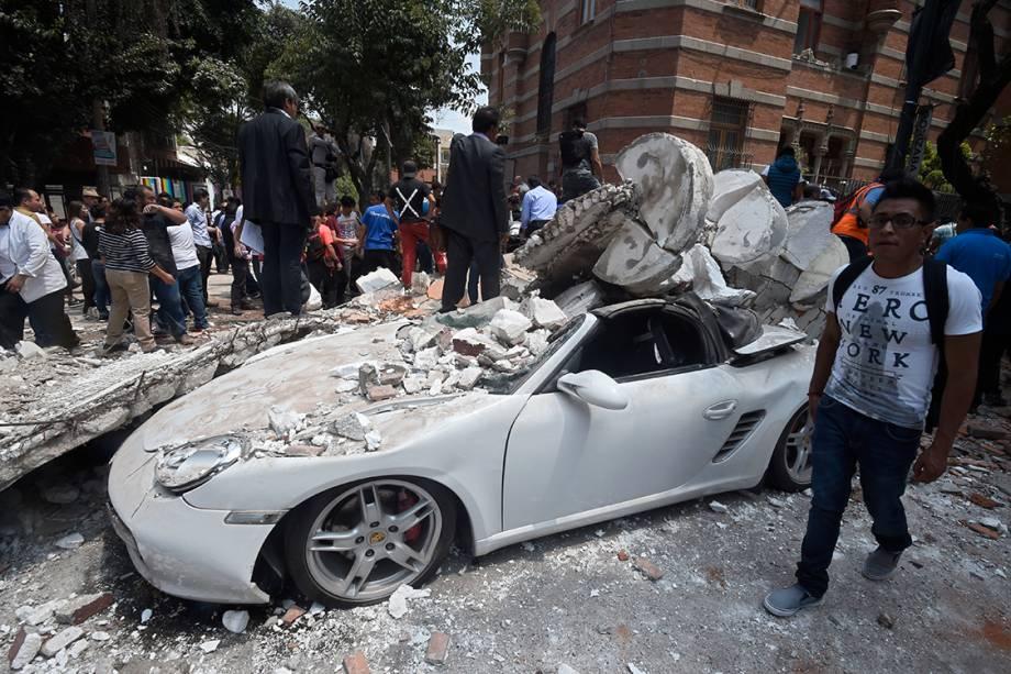 Carro fica completamente destruído após ser atingido por coluna, derrubada pelo terremoto que atingiu a Cidade do México, capital mexicana