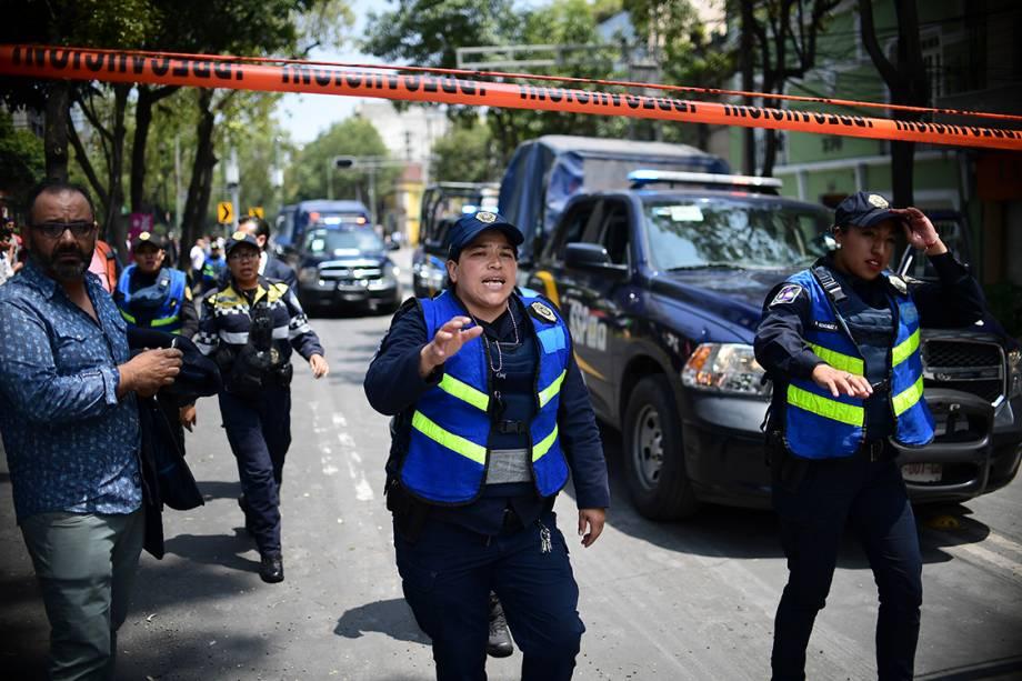 Policiais isolam área afetada pelo terremoto na Cidade do México