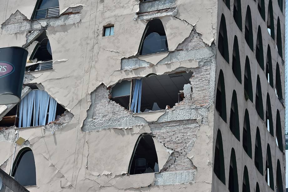 Parte de um prédio desaba após terremoto de magnitude 7,1 graus de magnitude atingir o México, na Cidade do México