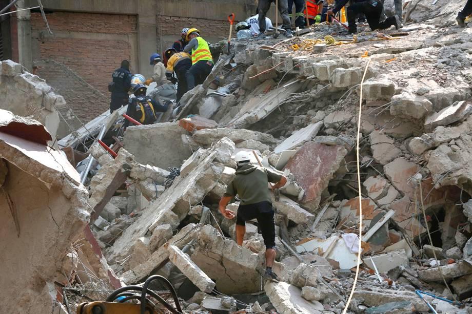 Pessoas sobem em escombros à procura de sobreviventes, na Cidade do México