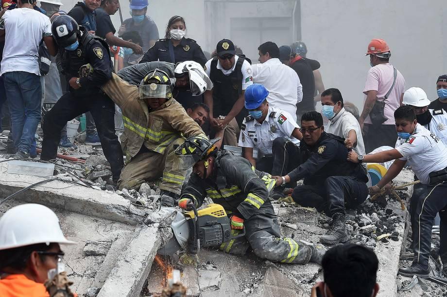 Equipes de resgate e voluntários removem destroços de um prédio que desabou, à procura de sobreviventes, na Cidade do México - 19/09/2017