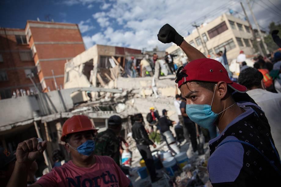 Voluntários removem destroços de um prédio que desabou, à procura de sobreviventes, na Cidade do México - 19/09/2017