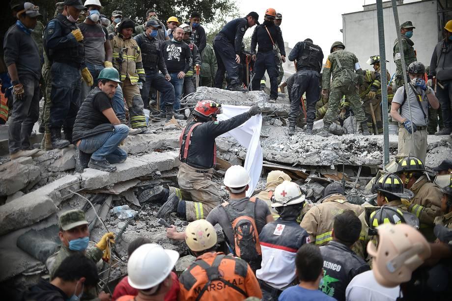 Equipes de resgate trabalham em prédio após terremoto atingir a Cidade do México - 20/09/2017