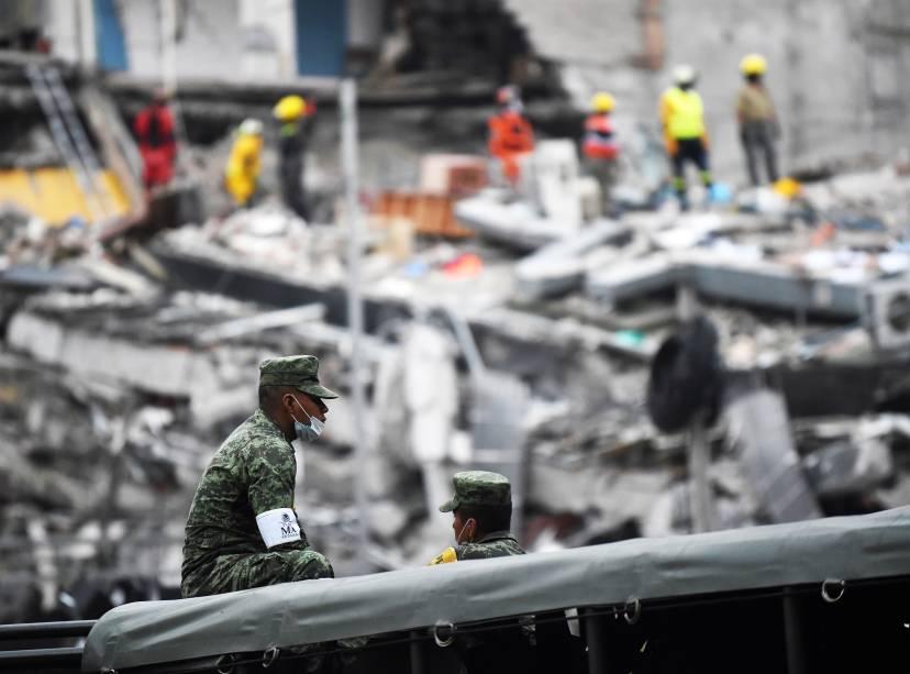 Soldados descansam em meio aos escombros de um edifício após terremoto que atingiu a Cidade do México - 20/09/2017