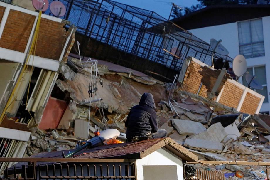 Jovem observa os escombros de um edifício após terremoto que atingiu a Cidade do México - 20/09/2017