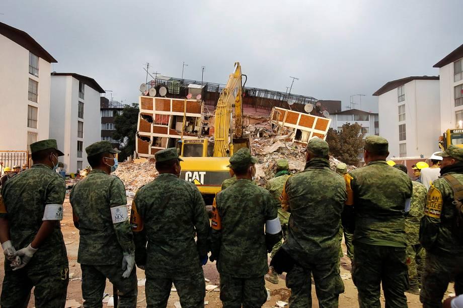 Soldados observam um edifício que desmoronou após terremoto na Cidade do México - 20/09/2017