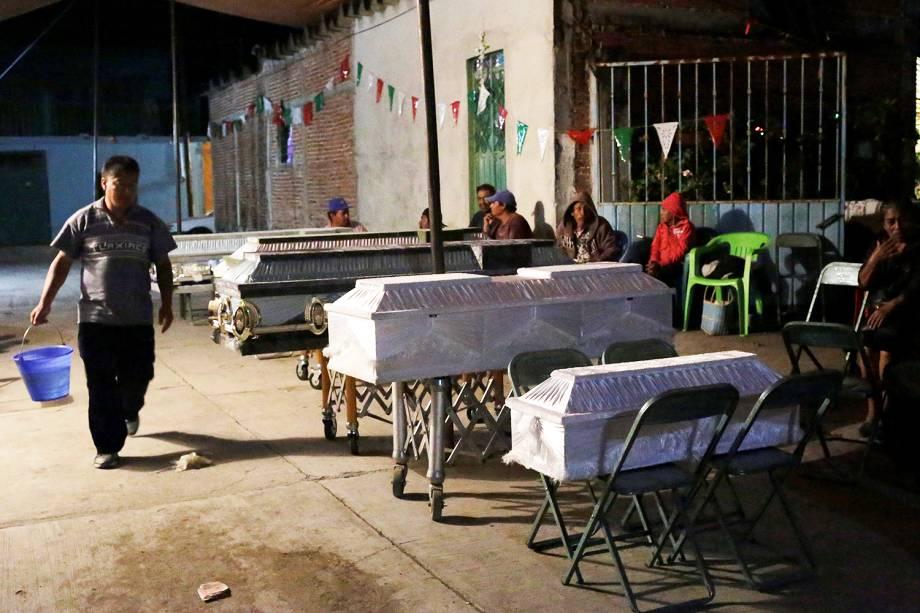 Familiares velam vítimas do terremoto que matou mais de 200 pessoas no México - 20/09/2017