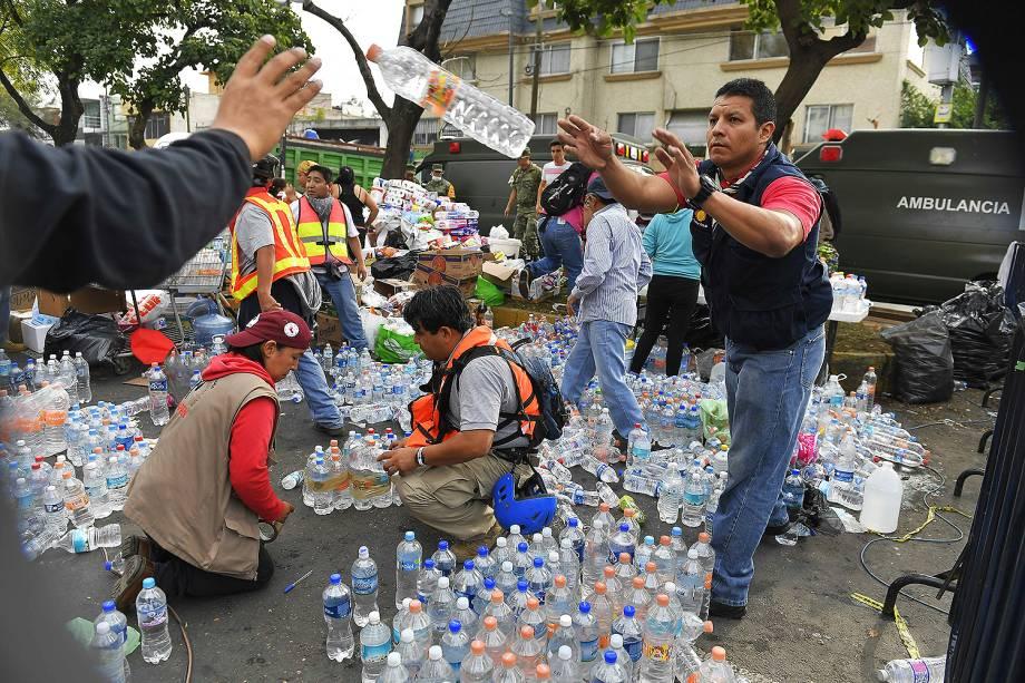 Equipes de socorro improvisam ajuda no meio da rua, na Cidade do México - 20/09/2017