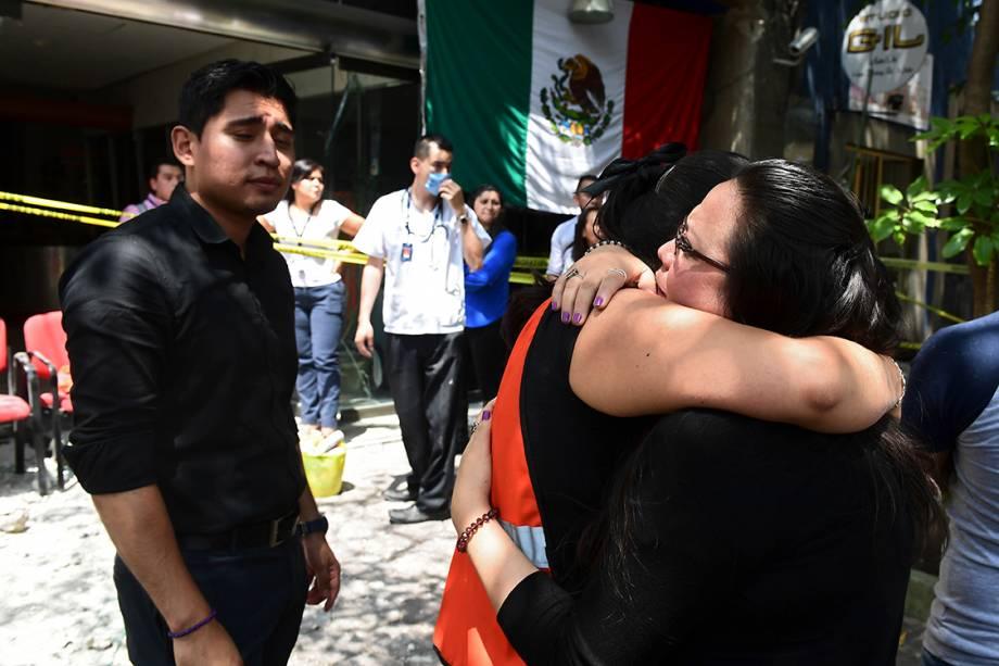 Familiares se abraçam após terremoto atingir Cidade do México