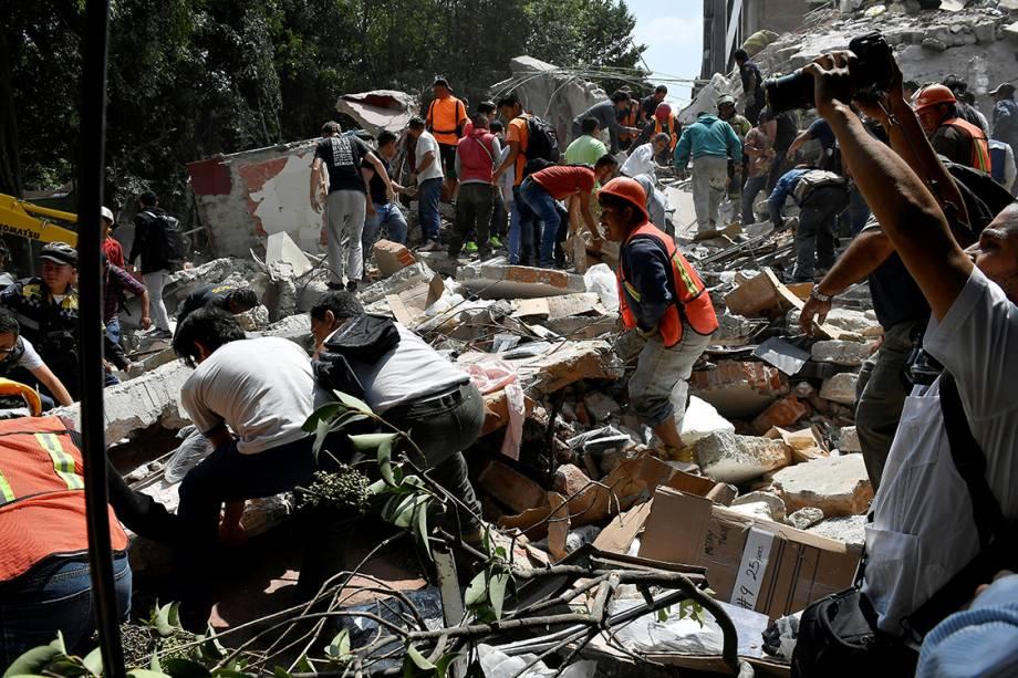 Bombeiros fazem busca por sobreviventes em meio a escombros deixados por terremoto que atingiu a Cidade do México