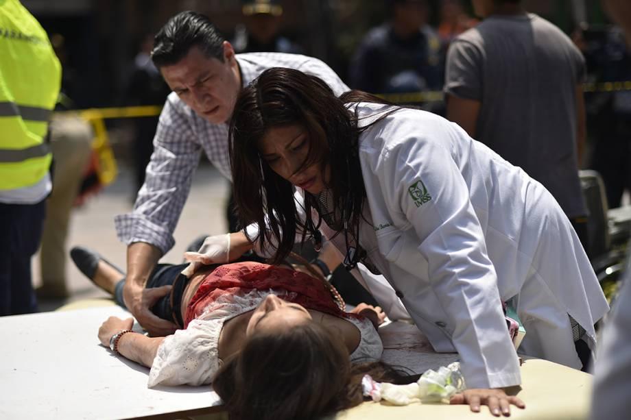 Médicos dão assistência a vítimas do terremoto que atingiu 7.1 na escala Richter, na Cidade do México