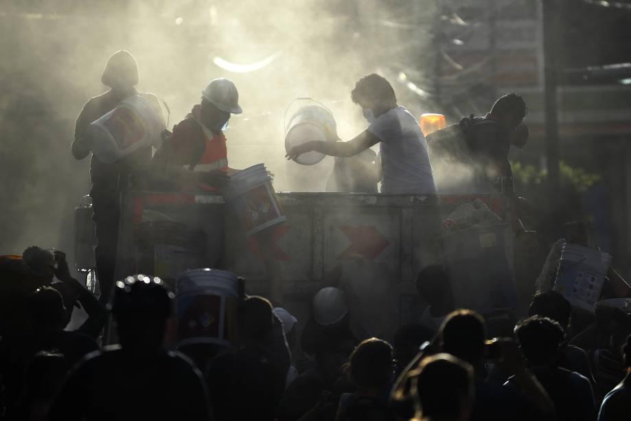 Policiais, bombeiros, voluntários e membros da equipe de resgate retiram destroços de um prédio que foi ao chão após o terremoto na Cidade do México, em busca de sobreviventes - 19/09/2017