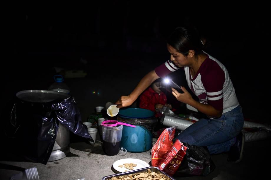 Uma mulher prepara um café após a passagem de um terremoto que causou grande destruição na Cidade do México - 19/09/2017